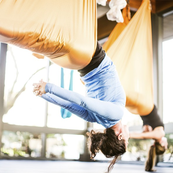 Yoga in von der Decke hängenden Akrobatik-Tüchern